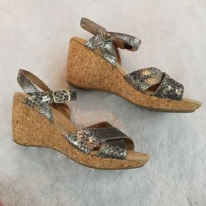 White Mountain size 7 leather snake print sandal